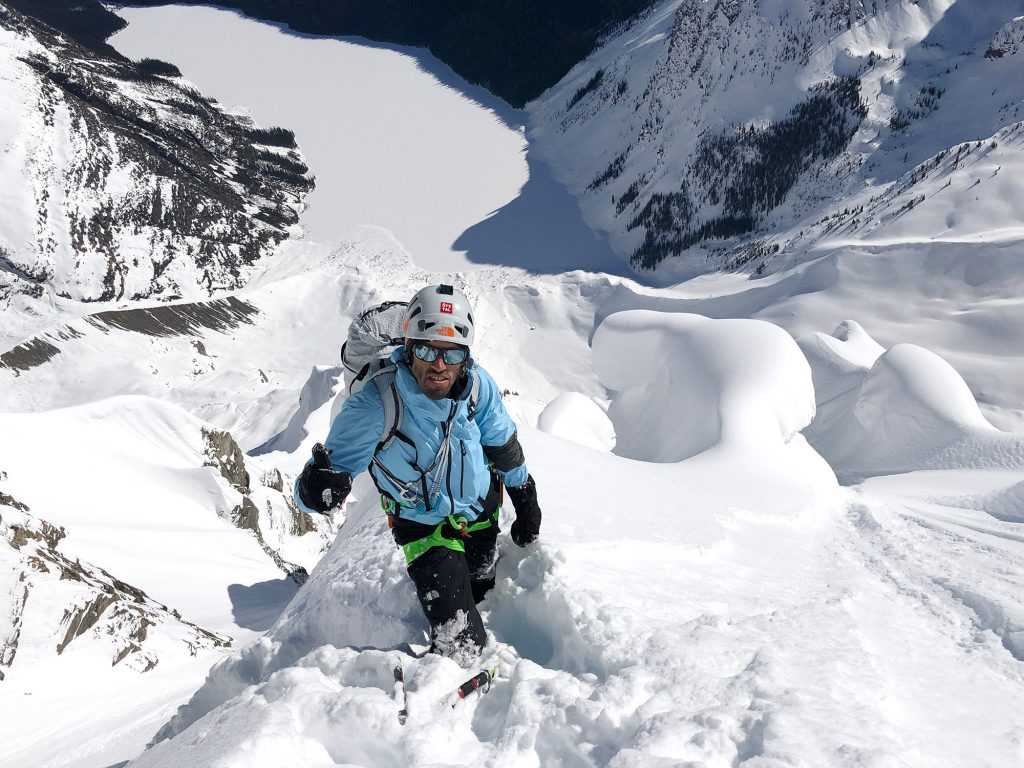 9:57 Uhr – Hansjörg unterhalb von Jess und David auf der Traverse nach links in eine Schneerinne.