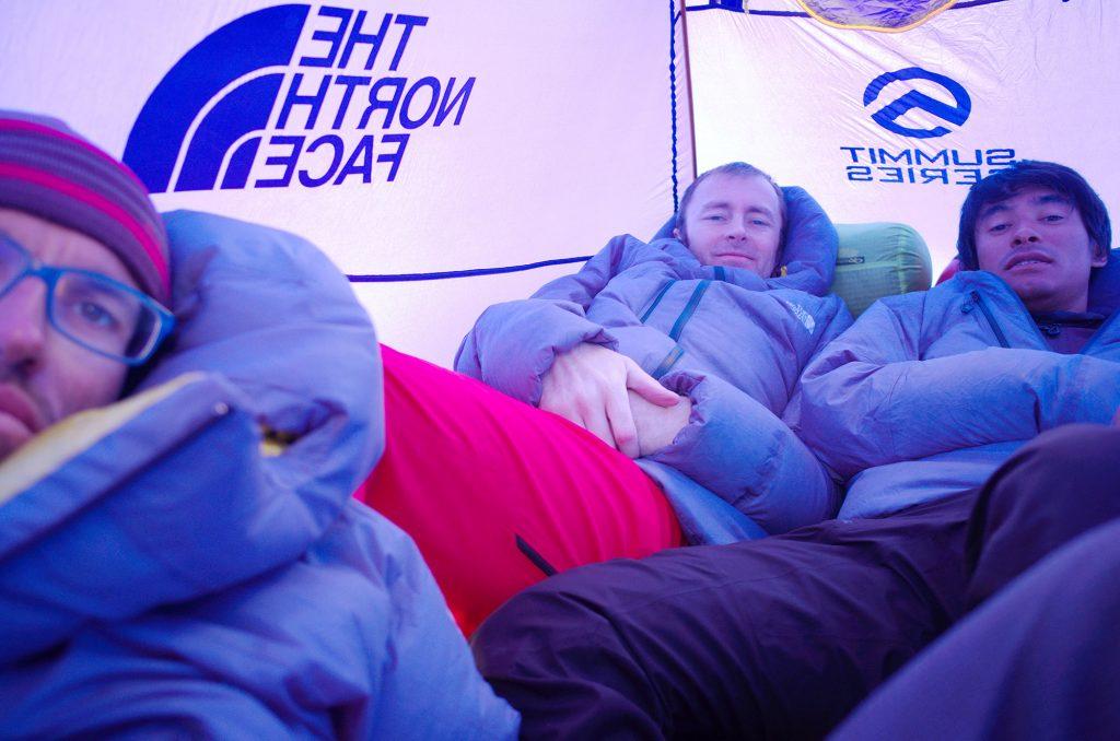 Hansjörg, Jess und David in ihrem Zelt am Wandfuß am Tag vor dem Unglück. Foto: Hansjörg Auer