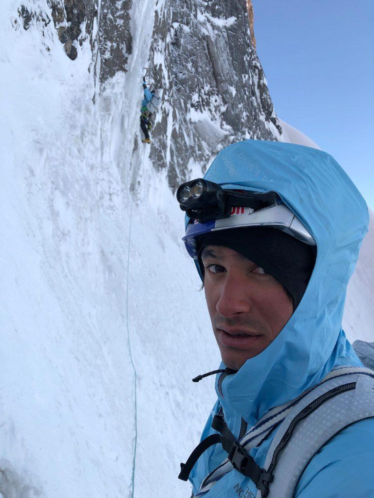 7:04 Uhr – David schaut in Jess' Kamera, während Hansjörg die erste Eislänge klettert. Foto: Jess Roskelley