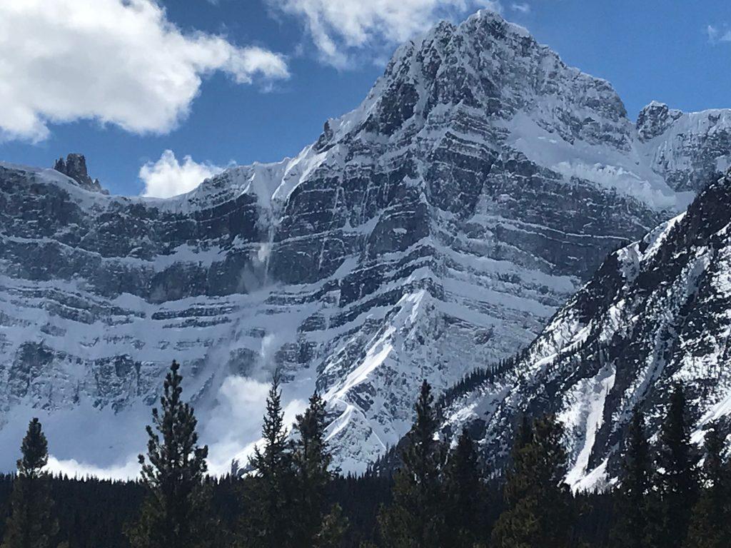 13:58 Uhr – Quentin Roberts fotografiert einen Lawinenabgang am Howse Peak.