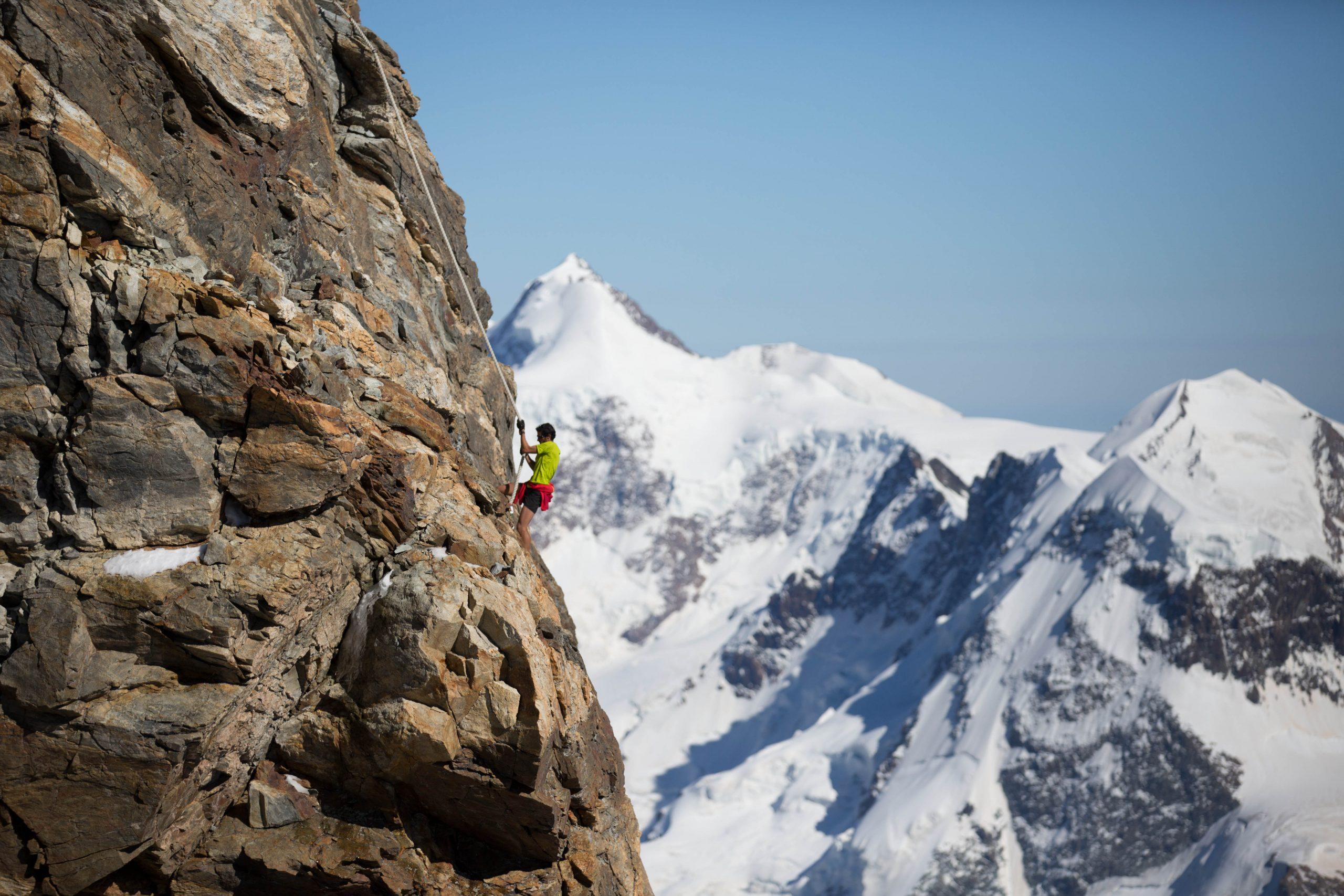 Kilian Jornet leicht bekleidet bei seinem Rekord am Liongrat am Matterhorn (2:52 Stunden rauf und runter). Foto: Summits of My Life