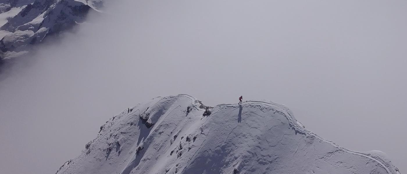Andy Steindl rast auf das Matterhorn. Vom Kirchplatz in Zermatt bis zum Gipfel und retour in nur 3:59 Stunden. Foto: Samuel Anthamatten