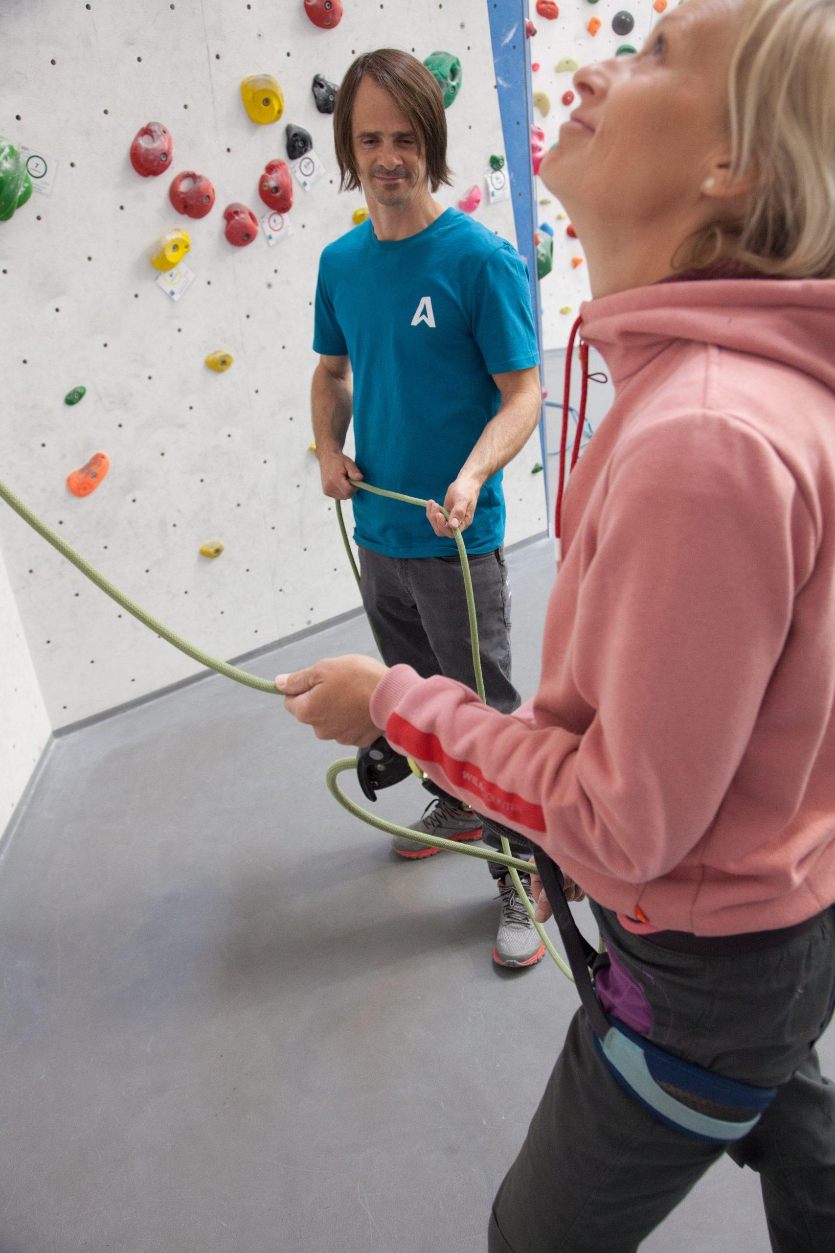 Beim Falltraining wie auch beim Sturztraining sollte immer durch die Trainerin hintersichert werden -sie steht seitlich zur Wand, um sowohl die Sicherin als auch die Kletterin im Blick zu haben.