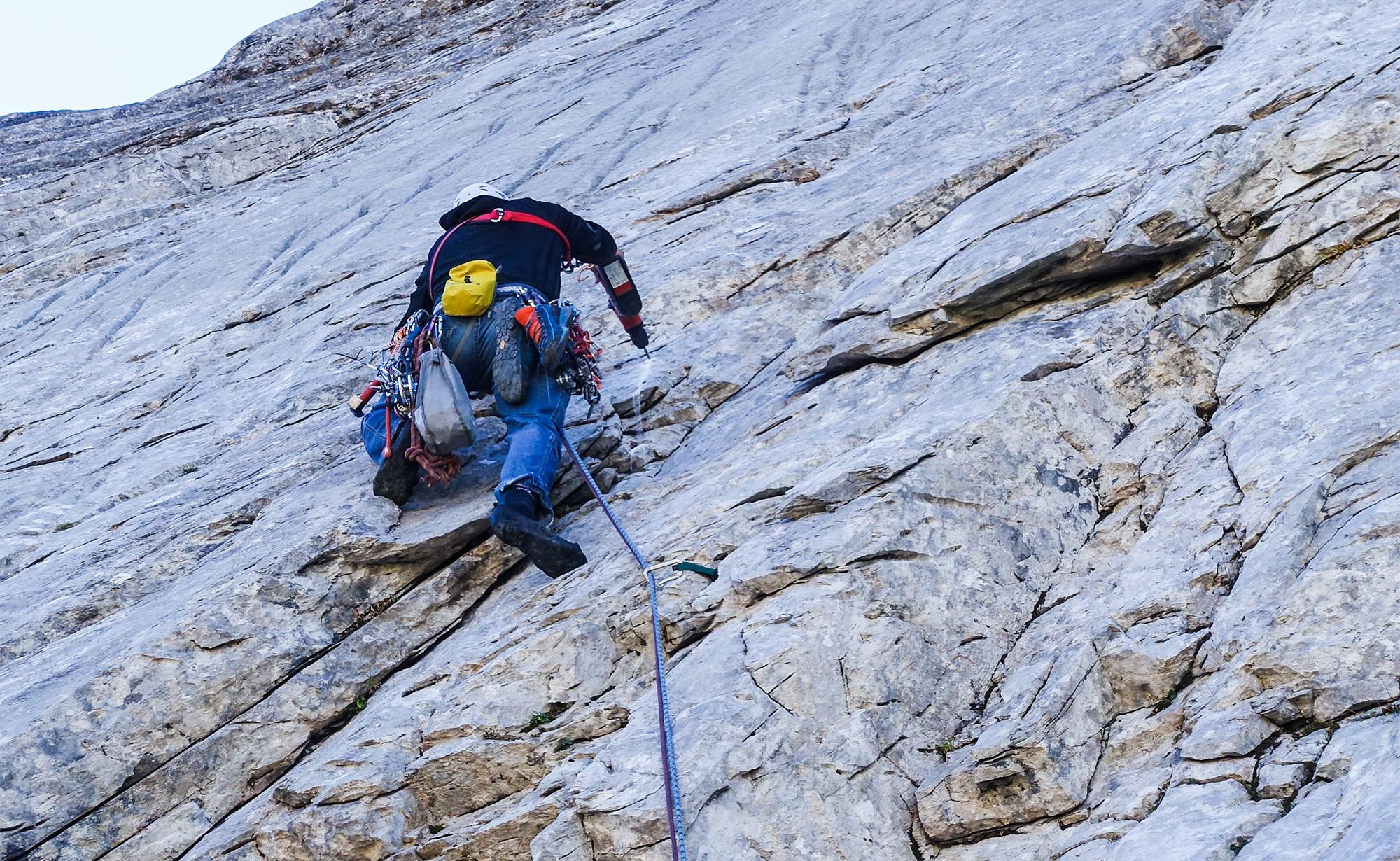Zum Erschließen von Kletterrouten gehört mehr als nur eine vollgeladene Bohrmaschine: Beschäftigung mit Rechtslage und Naturschutz.